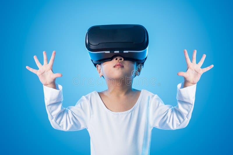 Asiatisches chinesisches kleines Mädchen, das eyeglasss der virtuellen Realität erfährt stockfoto