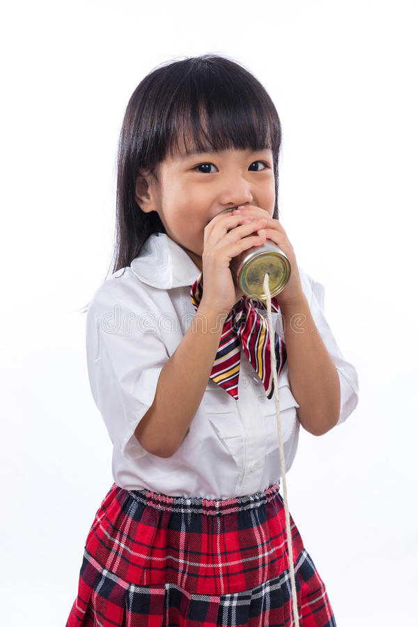 Asiatisches chinesisches kleines Mädchen, das Retro- Blechdosetelefon spielt stockbilder