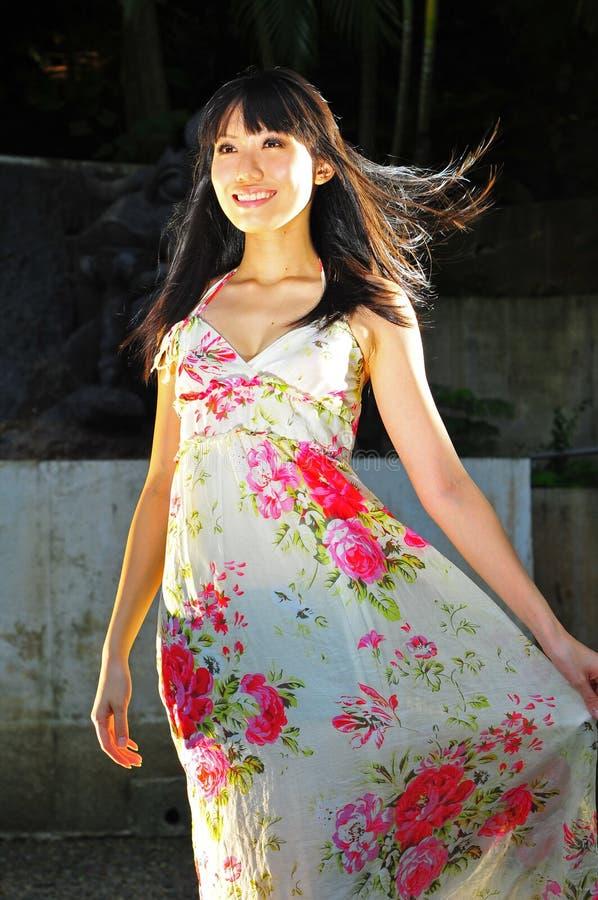 Asiatisches chinesisches Mädchen, das himmlisch lächelt und schaut lizenzfreies stockfoto