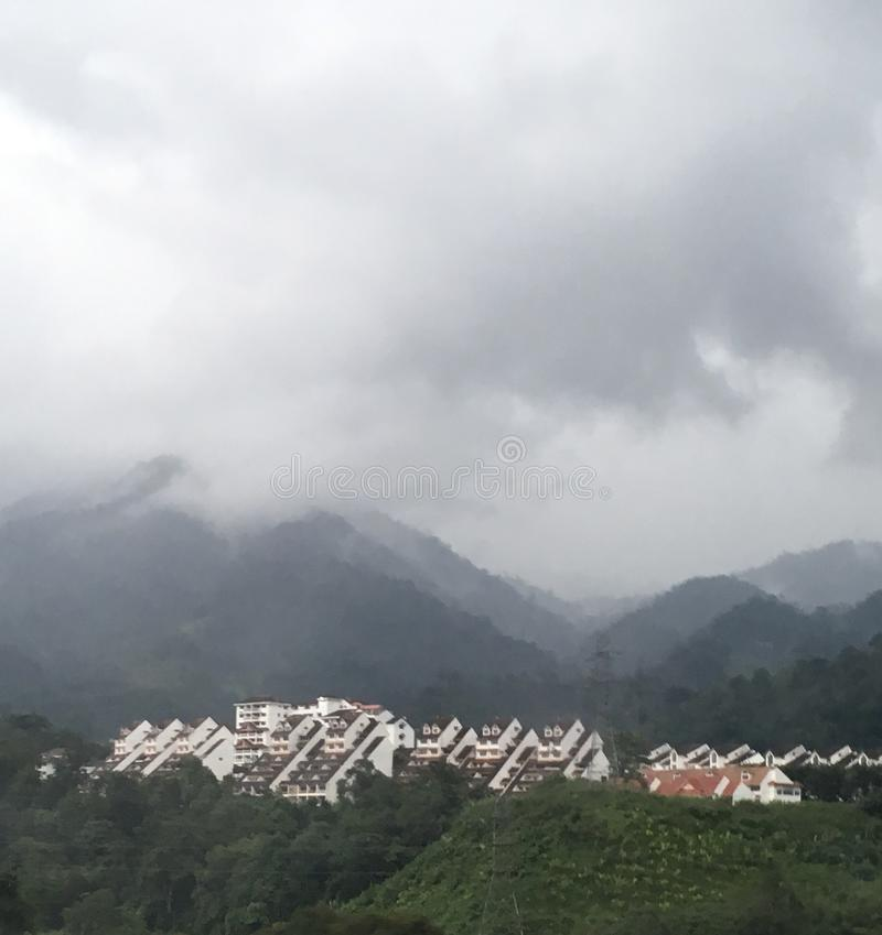 Asiatisches Dorf auf einem Hügel stockbilder