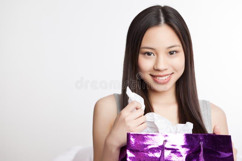 Asiatisches Einkaufenmädchen stockfotografie