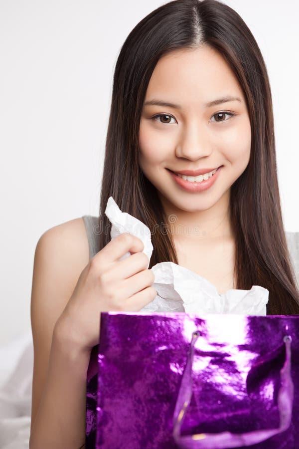 Asiatisches Einkaufenmädchen lizenzfreies stockfoto