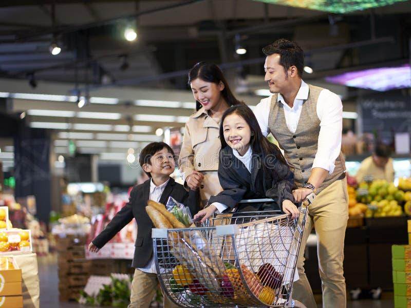 Asiatisches Familieneinkaufen im Supermarkt lizenzfreies stockfoto