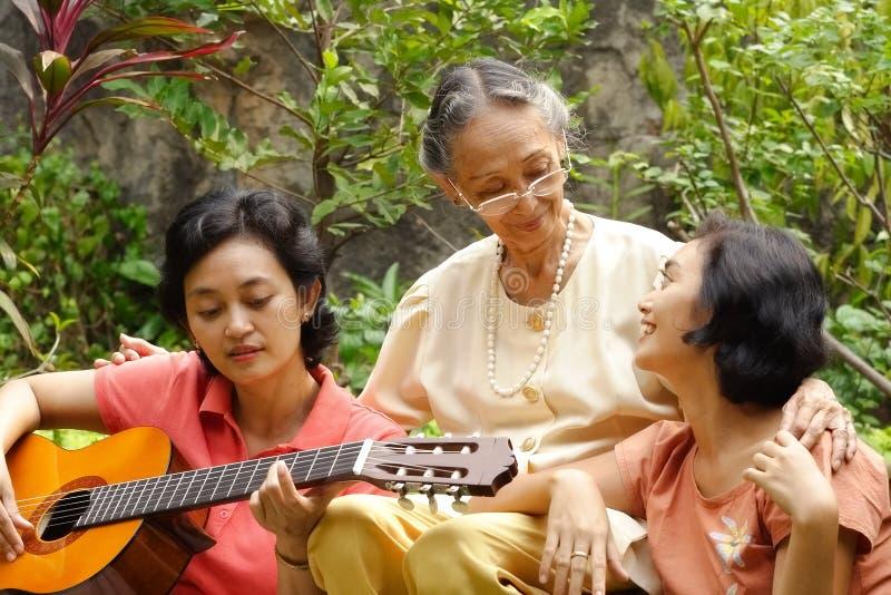 Asiatisches Familienerzeugung glücklich zusammen lizenzfreies stockfoto