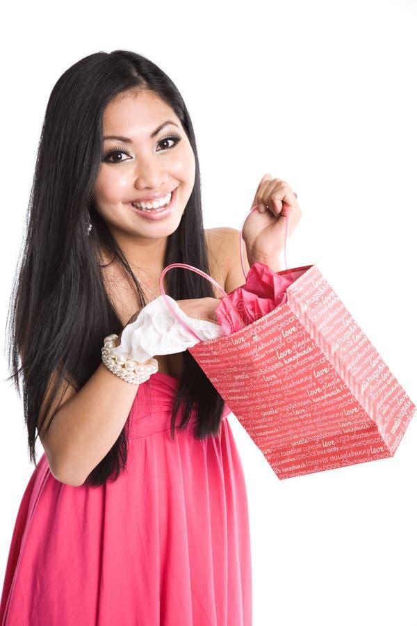 Asiatisches Frauenöffnungs-Valentinsgrußgeschenk stockfotografie