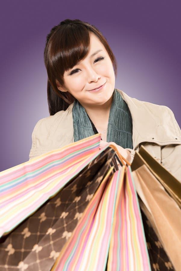 Asiatisches Fraueneinkaufen lizenzfreie stockfotos