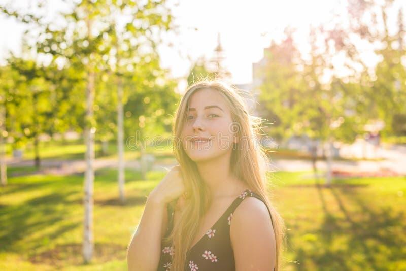 Asiatisches Frauenlächeln glücklich am sonnigen Sommer- oder Frühlingstag draußen im Park durch See Glückliche Frau, die am sonni lizenzfreies stockfoto