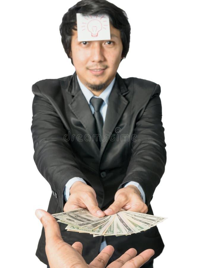 Asiatisches Geschäft, das Geld mit Dollar Vereinigter Staaten (USD, gibt) lizenzfreie stockbilder