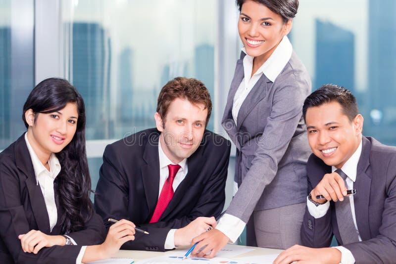 Asiatisches Geschäfts-Team in der Sitzung lizenzfreies stockbild