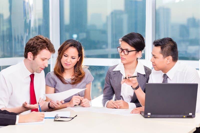 Asiatisches Geschäfts-Team in der Strategiesitzung lizenzfreies stockfoto