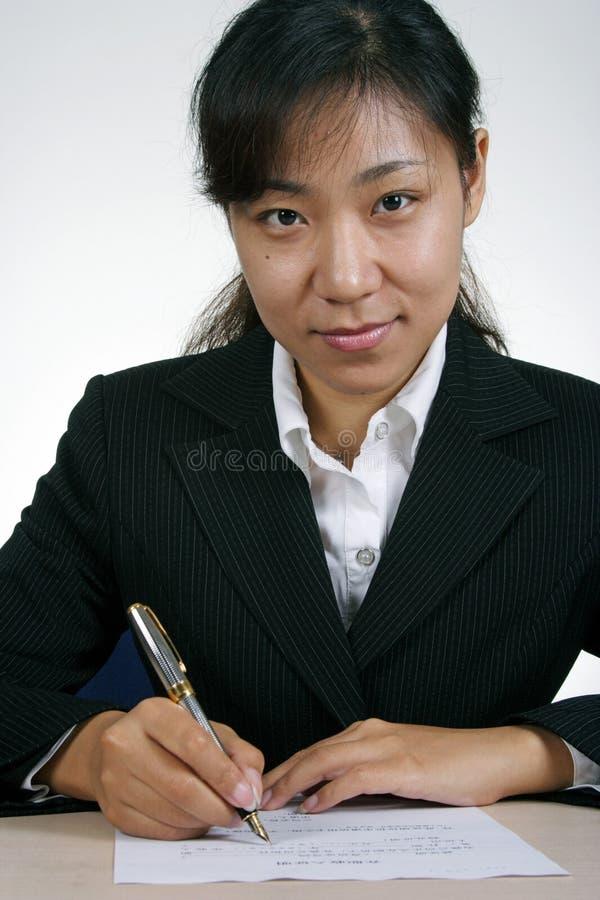 Asiatisches Geschäftsfrau-Schreiben lizenzfreie stockfotos