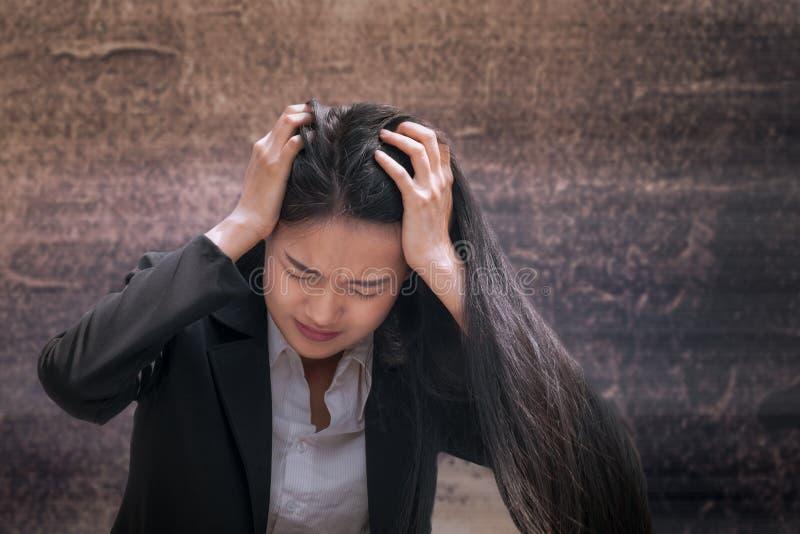 Asiatisches Geschäftsfrauprofessionellesausfallen oder umgekippt im Job oder in der Sorgfalt stockfotografie