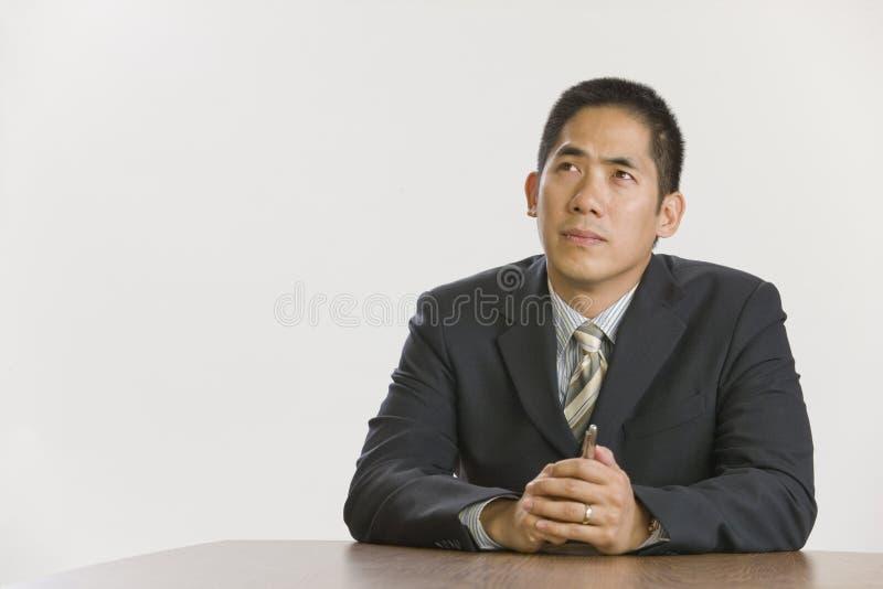 Asiatisches Geschäftsmanndenken stockfotografie