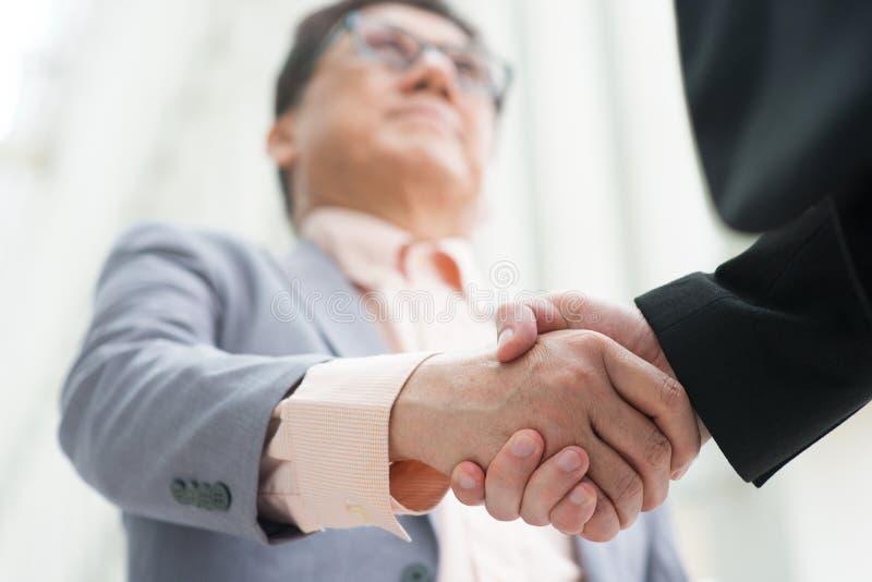 Asiatisches Geschäftsmannhändeschütteln lizenzfreies stockfoto
