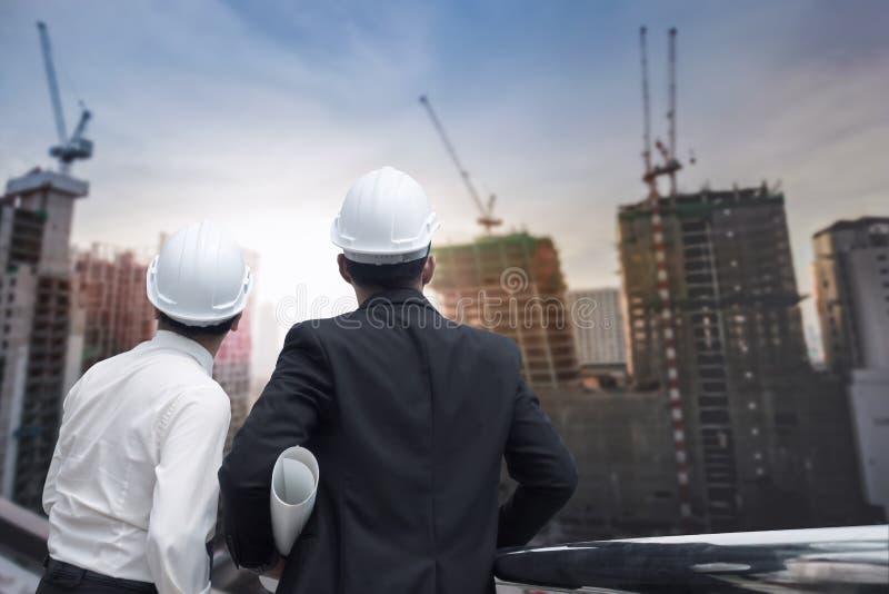 Asiatisches Geschäftsmannzum Finger weg und zum Ingenieur schauen und -punkt lizenzfreie stockfotos
