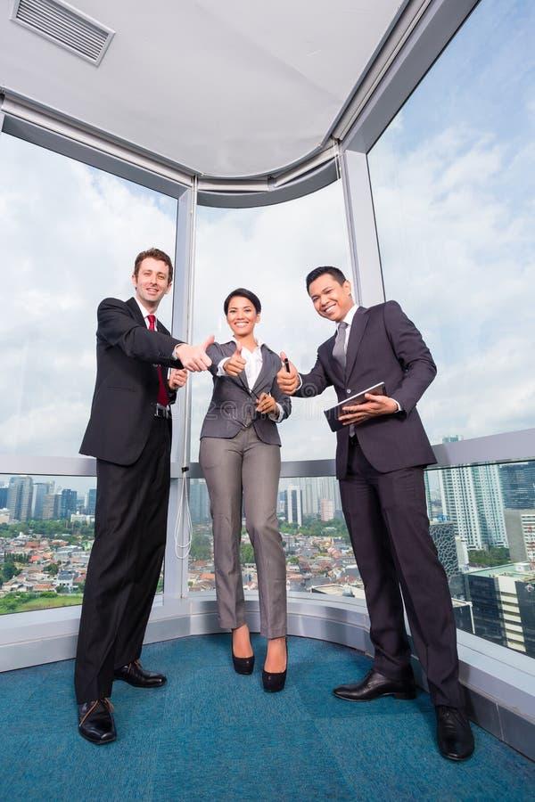 Asiatisches Geschäftsteam in der Bürositzung stockfotos