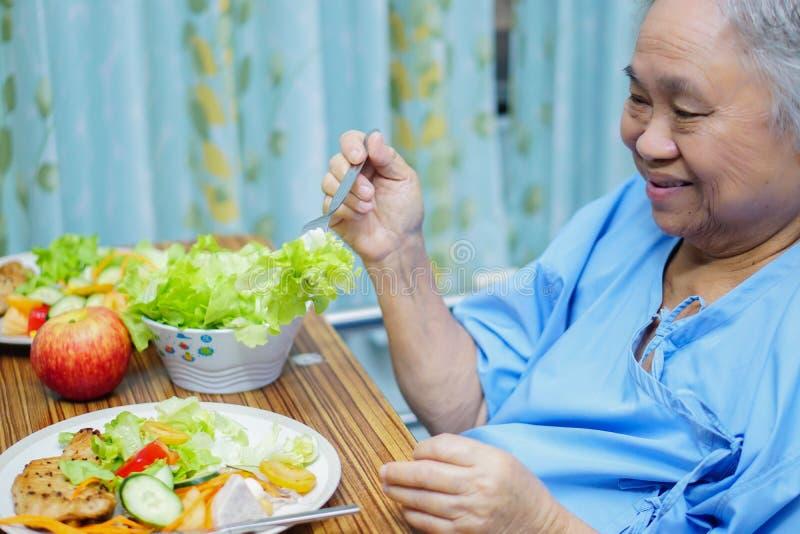 Asiatisches gesundes Lebensmittel des älteren oder älteren Essenfrühstücks Frau alter Dame geduldigen mit Hoffnung und glücklich  lizenzfreies stockfoto