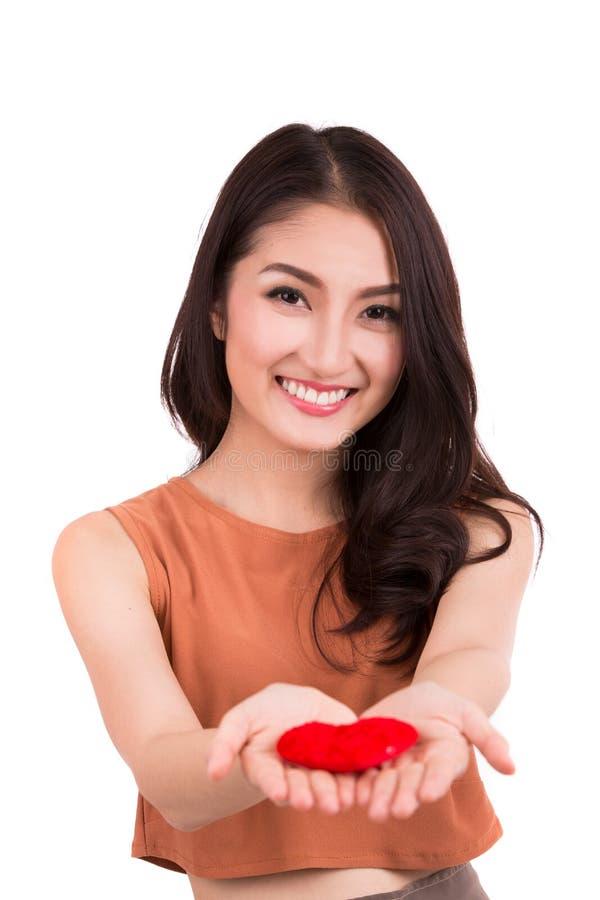 Asiatisches hübsches Mädchen und ein rotes Herz lizenzfreies stockfoto