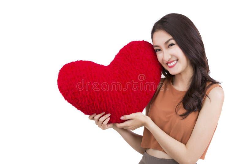 Asiatisches hübsches Mädchen und ein rotes Herz stockfotografie
