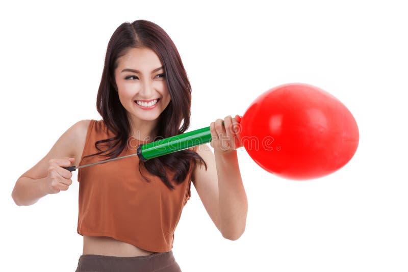 Asiatisches hübsches Mädchen und ein rotes Herz steigen im Ballon auf stockbilder