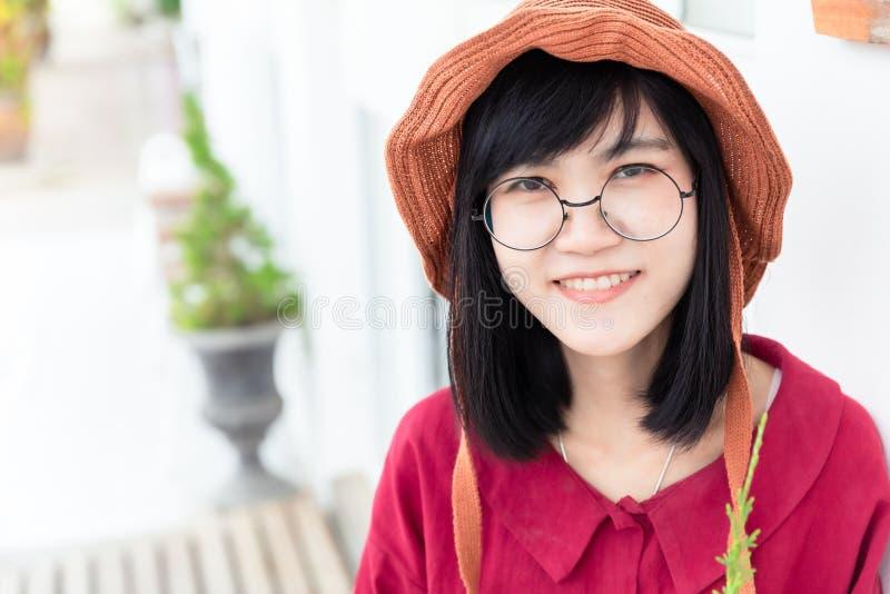 Asiatisches jugendlich Lächelnporträt der netten jungen Gläser lizenzfreie stockfotos