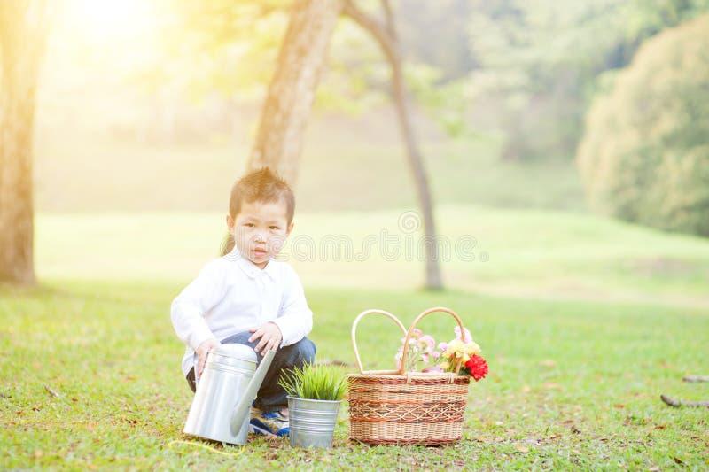 Asiatisches Jungenpicknick draußen lizenzfreies stockfoto