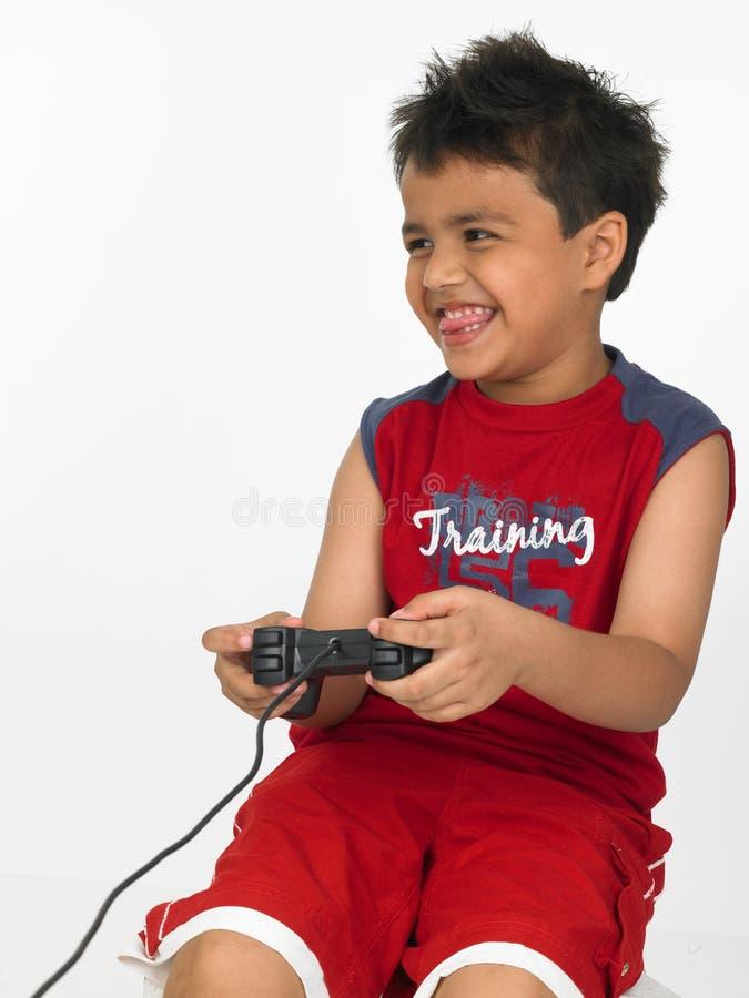 Asiatisches Jungenspielen lizenzfreies stockfoto