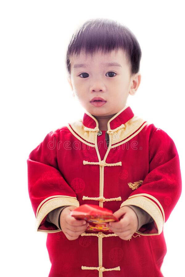 Asiatisches Kind, das ein rotes Envelope hält, feiert das chinesische Neujahr lizenzfreies stockfoto