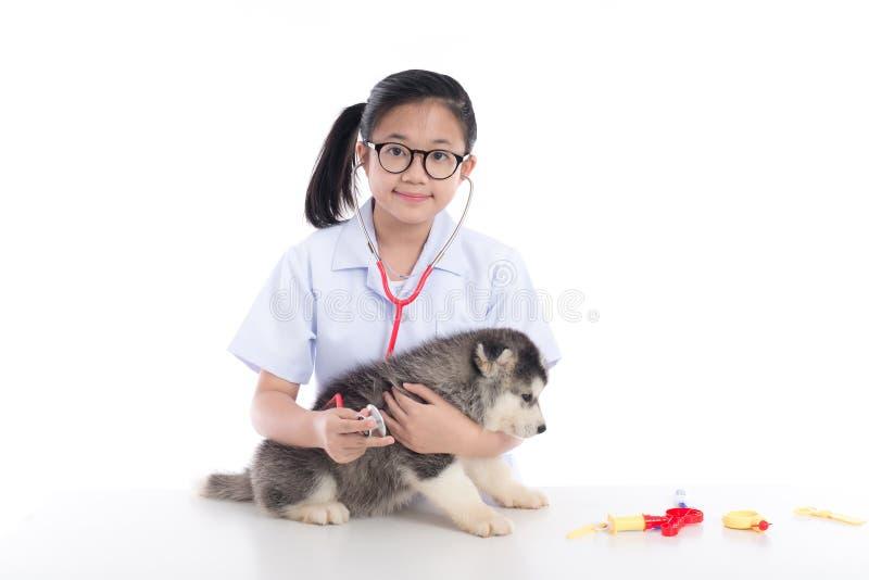 Asiatisches Kind, das Tierarzt spielt lizenzfreie stockfotos