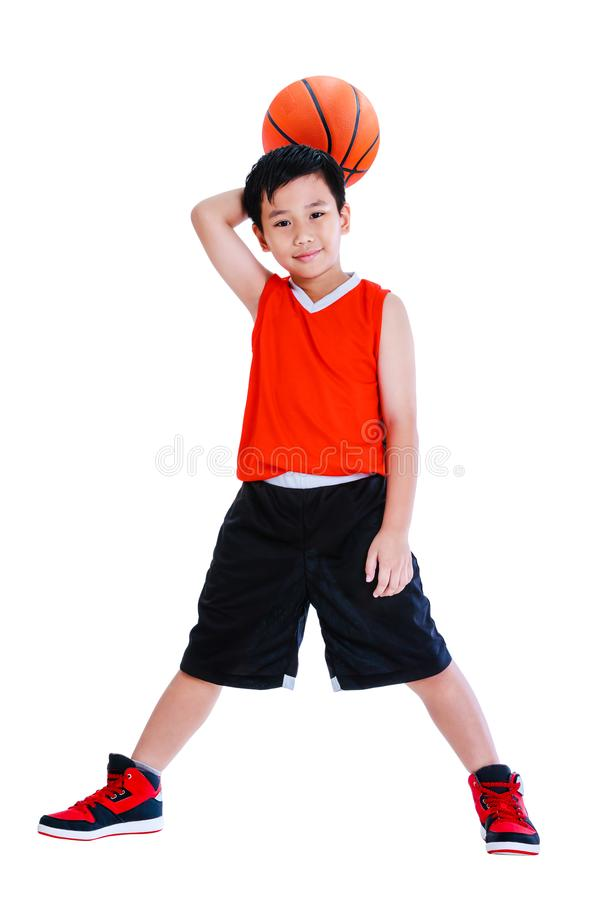 Asiatisches Kind mit Ball in seiner Hand Getrennt auf weißem Hintergrund lizenzfreie stockbilder