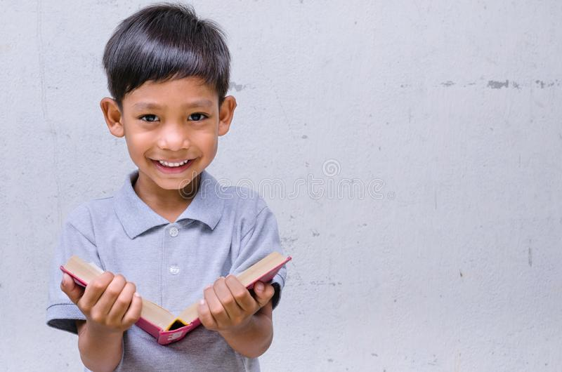 Asiatisches Kindergefühl glücklich mit einem Buch stockfotos