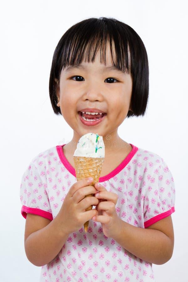 Asiatisches kleines chinesisches Mädchen, das Eiscreme isst lizenzfreie stockfotos