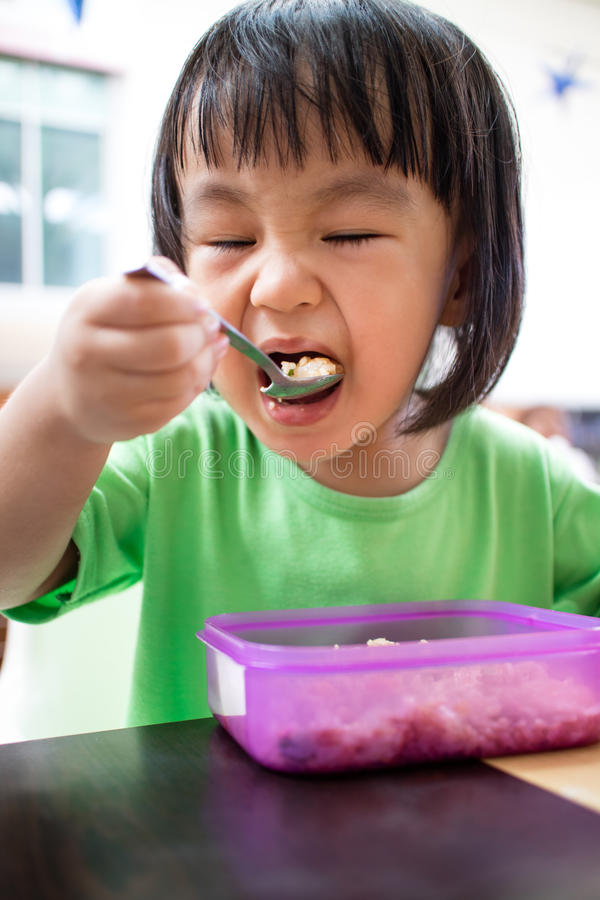 Asiatisches kleines chinesisches Mädchen, das Fried Rice isst lizenzfreie stockfotografie