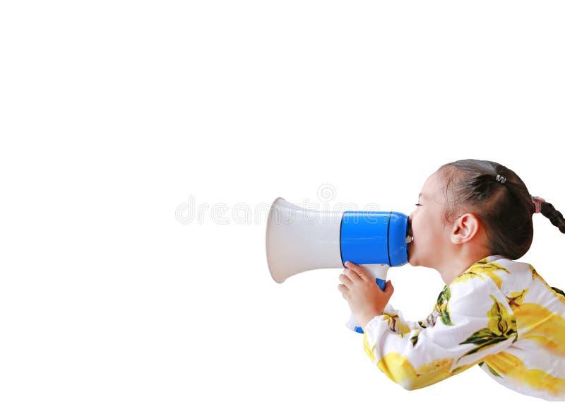 Asiatisches kleines Mädchen durch das Megaphon ankündigen lokalisiert auf weißem Hintergrund mit Kopienraum schwarzes Telefon mit lizenzfreie stockfotos