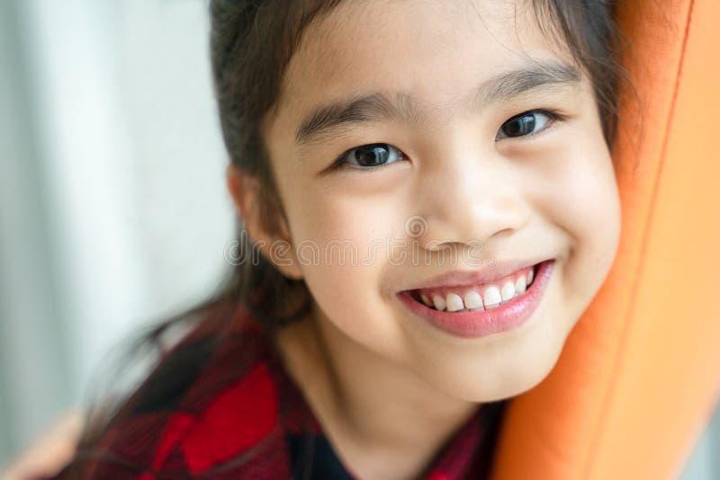 Asiatisches kleines Mädchen, das mit perfektem Lächeln und den weißen Zähnen im Zahnpflegen lächelt stockfotografie