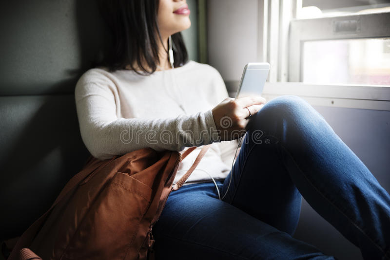 Asiatisches Konzept Damen-Traveling Commute Train stockbild