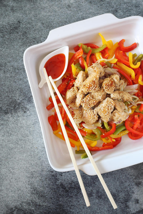 Asiatisches Lebensmittel: gebratenes Huhn mit dreifarbigem grünem Pfeffer und pikant lizenzfreie stockfotos