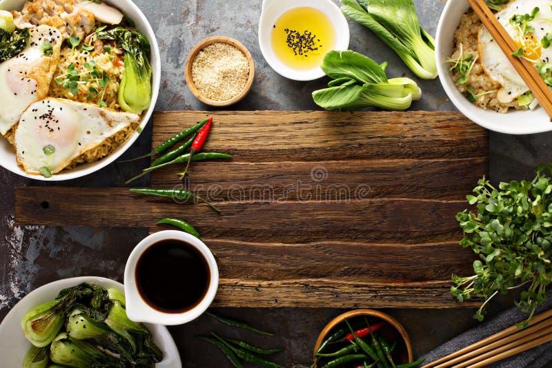 Asiatisches Lebensmittelkonzept mit gebratenem Reis, Baby bok choy stockfotos