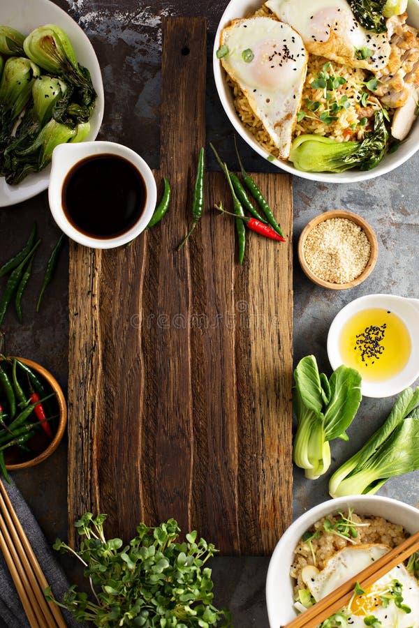 Asiatisches Lebensmittelkonzept mit gebratenem Reis, Baby bok choy lizenzfreies stockfoto