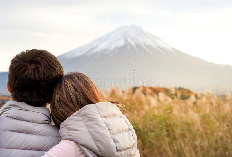 Asiatisches liebes Paar mit Fuji-Berg in hellem Hintergrund und Kopierraum Anwendung von Liebe und Pärchen stockfotos