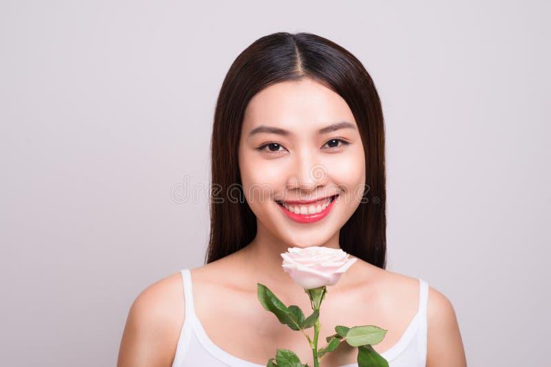 Asiatisches Mädchen-Blumen-Frische-Entspannungs-Konzept Schönheitsfrauenesprit lizenzfreie stockfotos