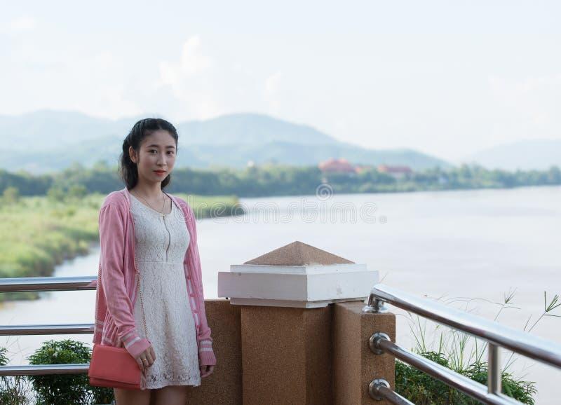 Asiatisches Mädchen, das den Fluss bereitsteht stockfotografie