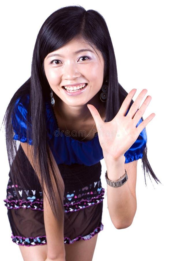 Asiatisches Mädchen, das hallo sagt lizenzfreies stockbild