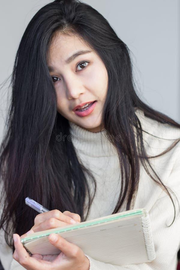 Asiatisches Mädchen, das Kenntnisse nimmt stockbild