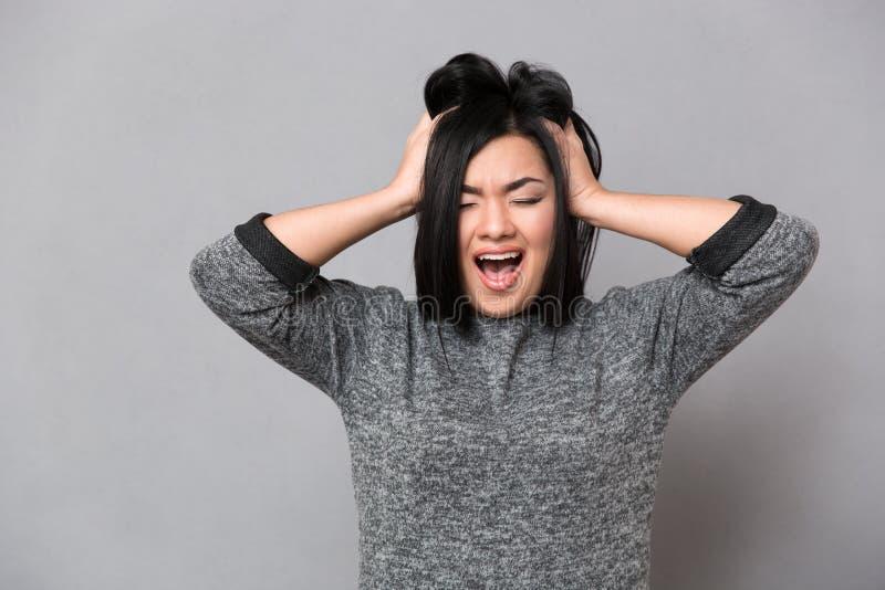 Asiatisches Mädchen, das mit geschlossenen Augen schreit stockfotos