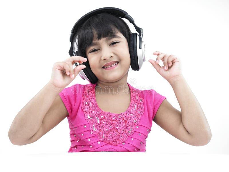 Asiatisches Mädchen, das Musik hört lizenzfreies stockbild
