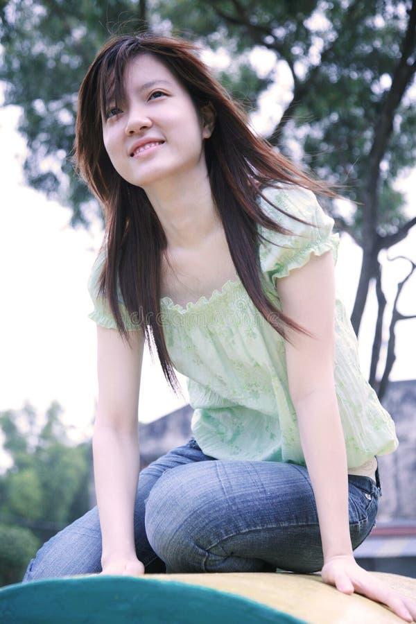 Asiatisches Mädchen, das Projektor betrachtet lizenzfreies stockfoto