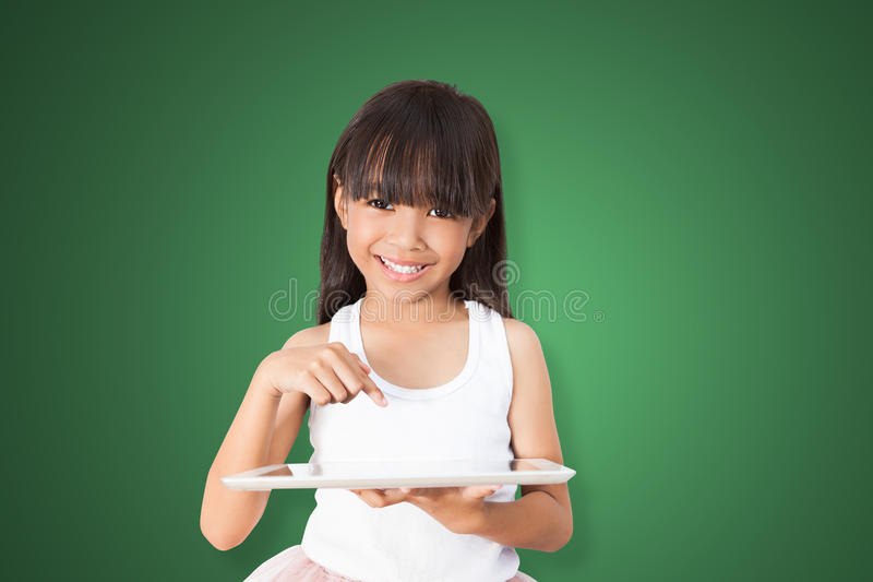 Asiatisches Mädchen, das Tablette PC verwendet lizenzfreie stockbilder