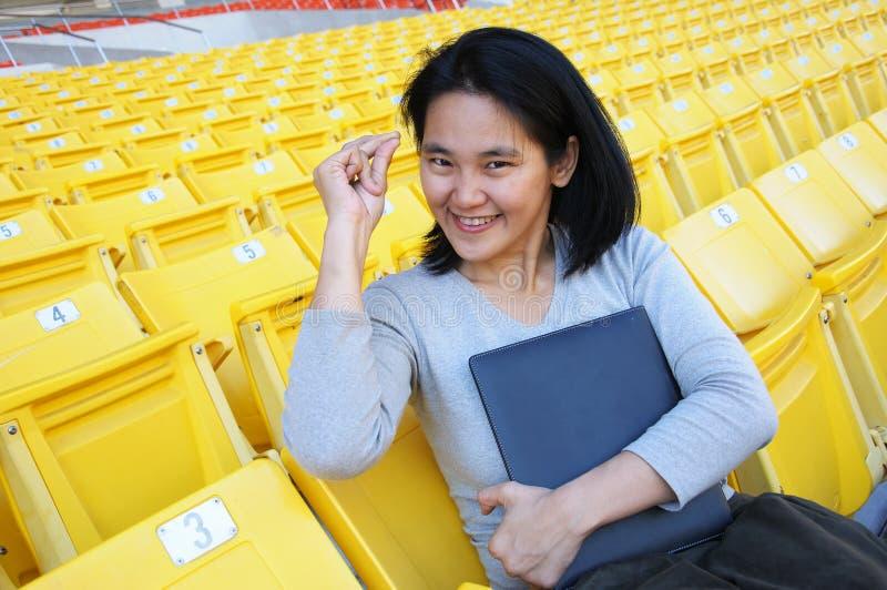 Asiatisches Mädchen in der Klickentätigkeit stockbild