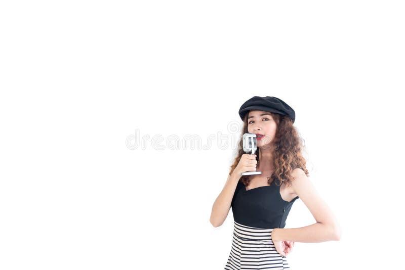 Asiatisches Mädchen des überzeugten jungen Hippies mit gelocktem langem Haarholdingweinlesemikrofon-Gesangliedkaraoke lokalisie lizenzfreie stockfotografie
